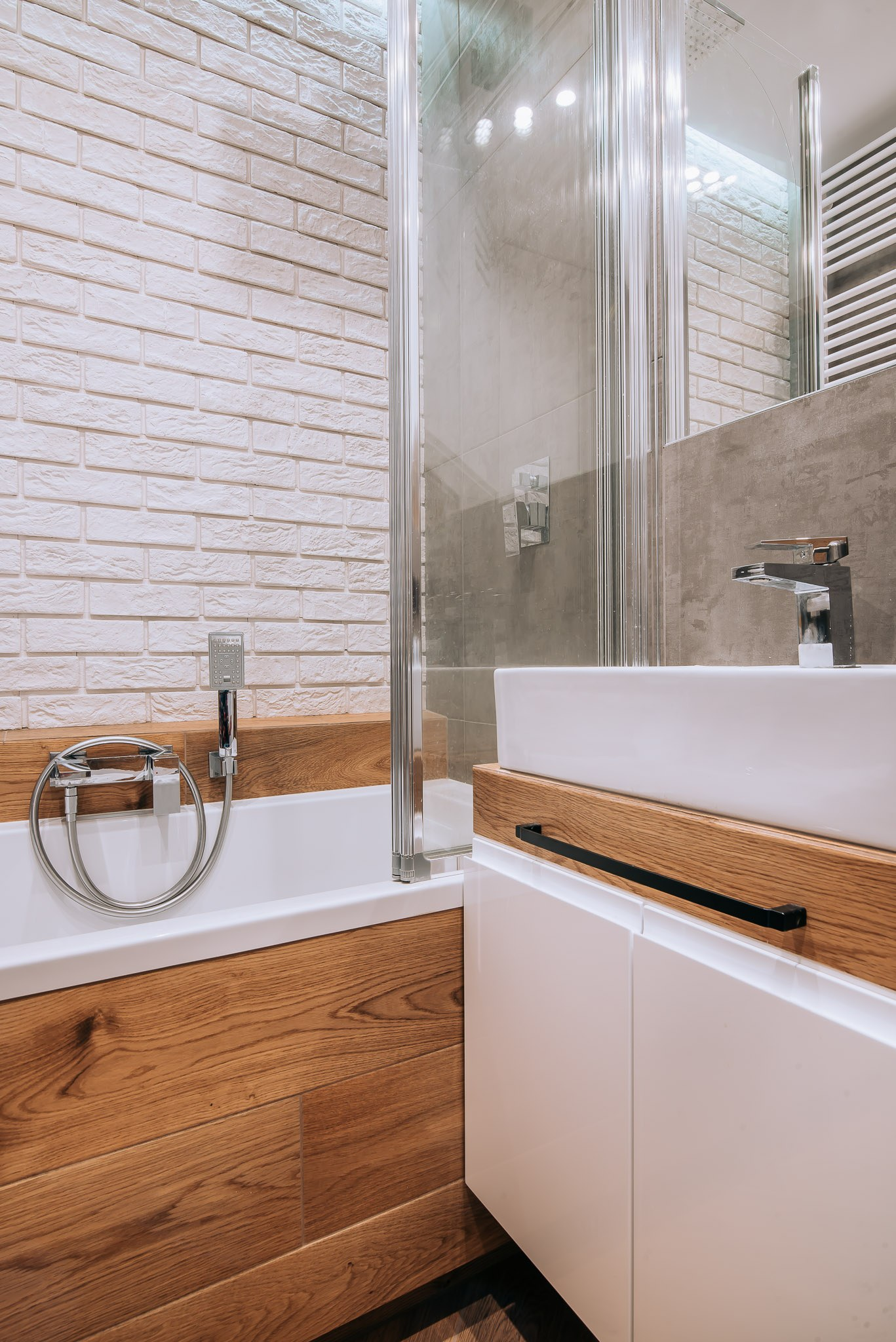 Niewielka łazienka Z Drewnianymi Akcentami Oommpl